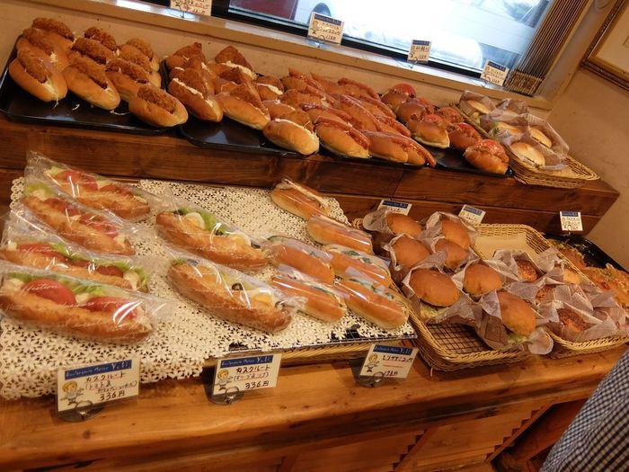 毎週木曜日はコッペパン専門店「コッペパンyuki.」として営業。お肉やサラダ、スイーツまで、あらゆる具材がサンドされたコッペパンがずらりと30種類以上並びます。  コッペパンの日の営業時間は9:00〜16:00ですが、売り切れ次第閉まってしまうのでご注意ください。午後2時ごろに閉店していた日もありましたので、どうぞお早めに!