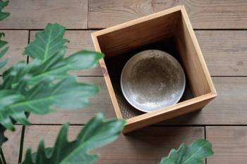 鉢植えに少しアレンジを加えたい時は、木のボックスを使ってみましょう。中に鉢皿を入れておけば、そのまま水やりができますよ。