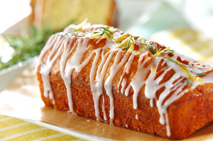 レモン皮とローズマリーを使うことで、ちょっぴり大人な仕上がりになったレモンケーキ。 アイシングが見た目の美味しさを引き立てます。