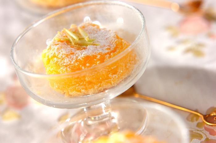 """""""サクッ""""、""""しっとり""""と2つの食感が楽しめるレモンケーキ。 見た目もレモン色でおしゃれですね。"""