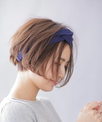 サラッとしたコットン素材のヘアバンド。爽やかなブルーカラーが涼しげです。髪をふんわりとさせて、ヘアバンドはあえてラフに。忙しい朝でもすぐにヘアスタイルが決まりますね。