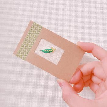 紙刺繍ではなく、刺繍をした布を貼り付けたり、紙の間に挟むという方法も◎ 裏側にメッセージを書いてプレゼントできます。