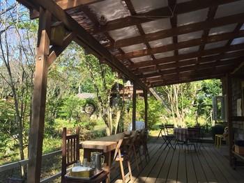 広々としたテラスのカフェスペースは、緑の景色が癒しになるおすすめの場所。パンを食べながら、ゆっくりのんびりした時間を過ごすことができます。