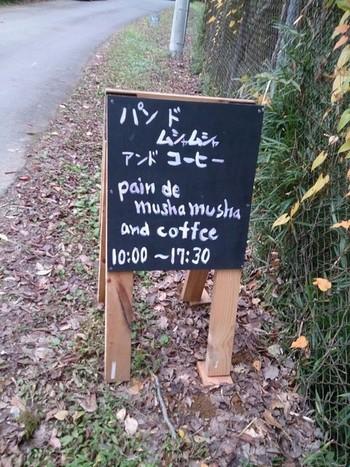 コーヒーと一緒にパンやサンドウィッチなどのメニューもいただけます。奥にはさまざまなアーティストの作品を見ることができるギャラリーも。