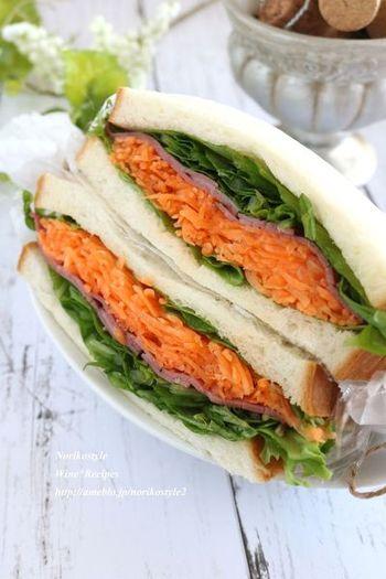 冷蔵庫にある定番食材のハムを使えば、ぐっと身近なサンドイッチに。キャロットラペをマスターすれば、サーモンやクリームチーズ、スライスオニオンと合わせてリッチな味を堪能できます。
