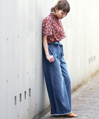 ちょっぴりレトロな花柄のシャツとワイドデニムを合わせたコーデ。レトロファッションには、色褪せデニムが相性◎ふんわりシルエットのトップスは、ボトムスINでメリハリのある着こなしを。