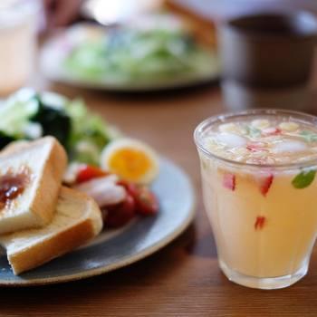 トースト&サラダのプレートに、フルーツドリンクをプラスした、とってもヘルシーな朝の食卓。クリアのグラスなら、カラフルな中身が見えて、とってもキレイ♪