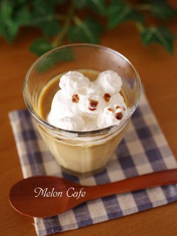 """スイーツなどの容器にすれば、お家でもカフェ気分が楽しめますよ。こちらはなめらかでおいしい""""ミルク珈琲プリン""""。DURALEXは強化ガラスなので、そのままレンジやフリーザーに入れることもできるんです。"""
