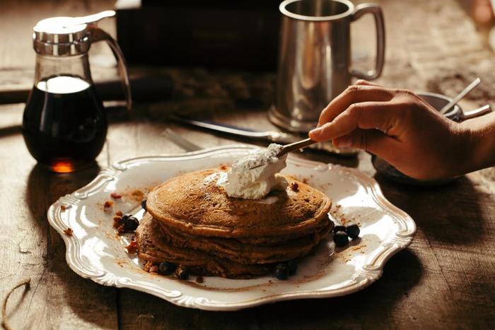 シロップは「インスタントコーヒー」「グラニュー糖」「水」の3つをレンジでチンしてカラメルのような色艶が出るまでかき回せば完成します。いつもバターやジャムを塗っていたものに試してみても美味しいかも♪