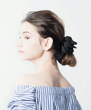 髪の広がりがひどくてヘアゴムでまとまらない…というときはバナナクリップがオススメ。 髪の量が多くてもきっちり留まるうえに、最近では素敵なデザインのモノがたくさんあるのでお気に入りを探してみて♪
