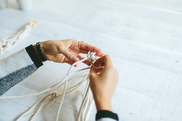"""紐を結んだり編んだり。手軽にハンドメイドを楽しむことができる""""マクラメ""""。手に伝わる感覚とリズムがとても心地よくて、なんだか気持ちまでリラックスしてきそう。"""