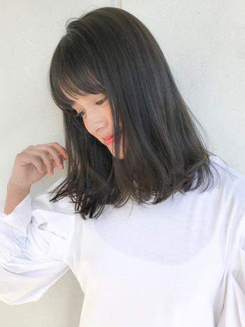 毛先を少し巻いてあげるだけでも軽やかさと華やかさを演出することができます。前髪もシースルーバングにすると軽やかな印象に。