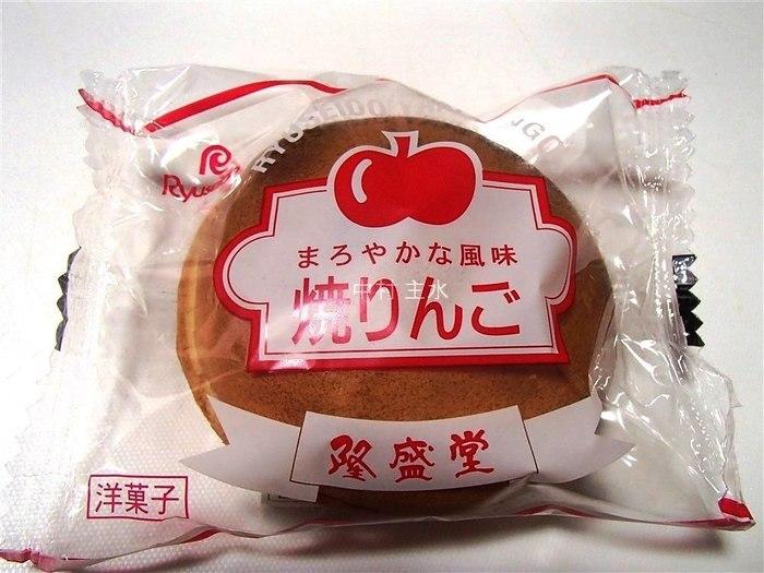 画像は兵庫県朝来市・隆盛堂の商品。スポンジのようなふわふわの生地に、クリームが挟まれています。