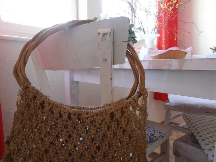 ざっくりと編んだマクラメのバッグは、とても涼しげで夏のバッグとしておすすめ。リネンやコットンなど素材を変えることでいろんな表情が楽しめます。