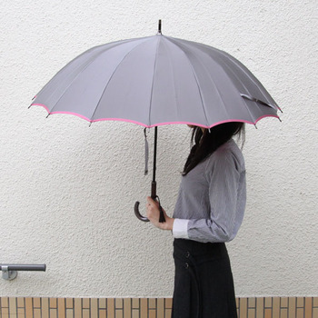 伝統ある高級織物・甲州織の生地を、16本の骨にしっかりと貼った長傘「かさね」。外側はシックな色合いなのに、雨の下で広げるとカラフルな内側が表れる、とても美しい傘です。レトロでカッコイイ木製のハンドルまで、職人の手で1つずつ手作りされています。大切に使えば、まさに一生モノ。大人な女性にぴったりの、日本の技術が光る1本です。