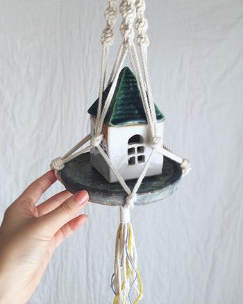 ハンギングの中には、グリーンだけでなく、好きなインテリアアイテムをインしても可愛らしく使える優れものです。