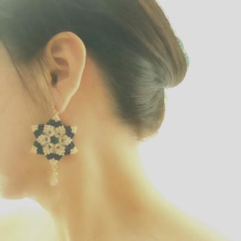 顔まわりがパッと華やかになる、曼荼羅模様がとても綺麗なピアス。ゆらゆら揺れるたびにみんなの視線を集めて。