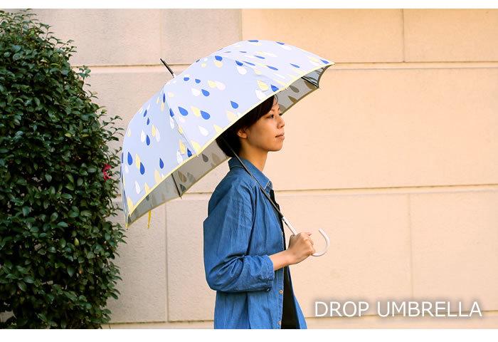 シズクがデザインされた、雨の日にぴったりの傘。細い持ち手は、差す時はもちろん、たたんで持ち歩く時もとても便利。骨がアルミ製なので、軽いのも嬉しいポイントです。