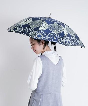 北欧のファブリックのような、大胆なプリントの傘。大きな花に見えますが、実はよく見ると何と野菜がモチーフなのです!遊び心が感じられる、キュートな傘です。