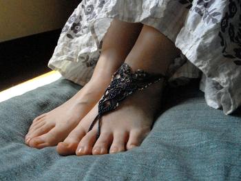 素足で過ごす夏の足元にぴったりな、マクラメのアンクレット。旅先で身につけるとリゾート気分がUPしそう!