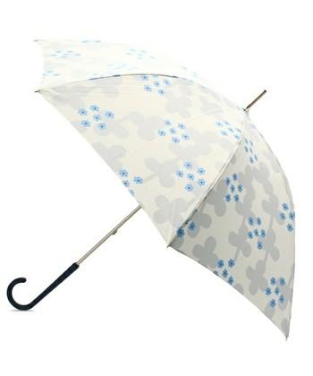 北欧のテキスタイルのようなプリントがステキな傘。紫陽花のようにも見え、梅雨のシーズンにもピッタリですね。ラバー製の持ち手は、雨の日でも滑りにくく、とても機能的です。