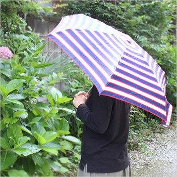 梅雨の季節は、急な雨も心配だけど、時には強い日差しの日もありますよね。紫外線予防加工がされた折り畳み傘なら、どちらのお天気にも対応できます。重さは、わずか180g、折り畳むと約16cmというコンパクトさ。このサイズなら、負担にならずに持ち歩けます。