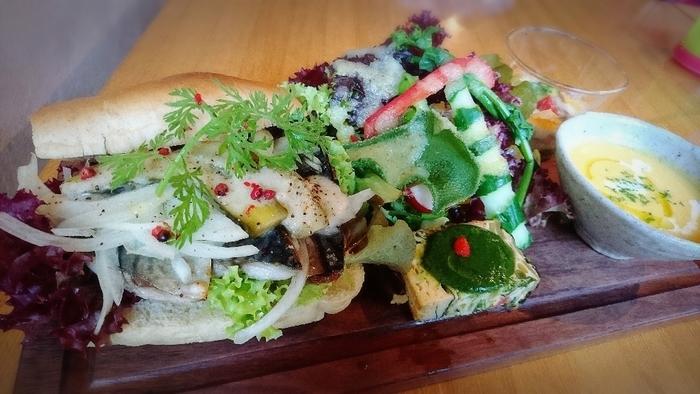 スイーツの他に地元の野菜を使ったメニューも。お野菜たっぷりでうれしいプレートですね。
