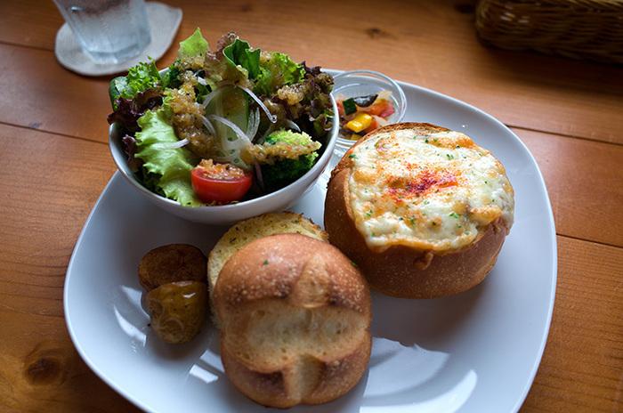 他にはパン詰めグラタンも人気のメニュー。チーズの焦げ目が食欲をそそりますね。