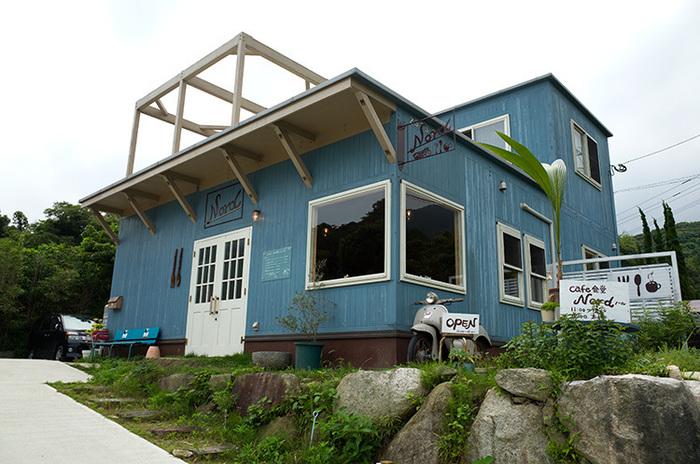 潮風を感じさせる水色の外観が目印のお店。小高い丘の上にあり、美味しいお料理と素敵な景色が自慢のお店です。