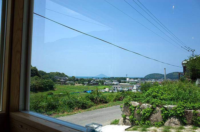 お店の窓からは遠くに玄海灘と山並みが。青空も気持ちよい眺めの喫茶店です。