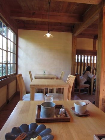 店内は和モダンな空間。小さなお庭を眺めながら喫茶もできます。