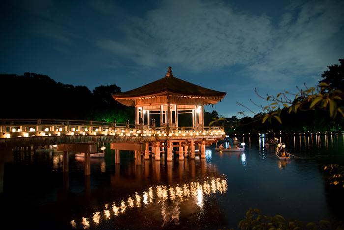 春日大社から少し南に下ったところにある鷺池(さぎいけ)には、檜皮葺(ひわだぶき)屋根の浮見堂があります。六角形の美しいお堂のライトアップや、橋にずらりと並べられた明かりが池に映ってとても綺麗です。