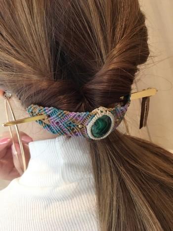 """こちらはヘアアクセサリーですが、ブレスレットとしても使えるんです。中央に配された深いグリーンの""""マカライト""""が素敵。"""