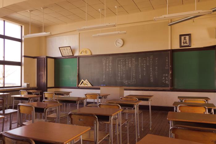 「豊郷小学校」があるのは、琵琶湖の東側、彦根から車で15分の犬上郡豊郷町です。昭和初期の古い小学校跡を利用した観光施設で、そこで撮られた写真はまるで映画のワンシーンのようです。時間が止まったようなこの風景、見に行ってみたいと思いませんか?