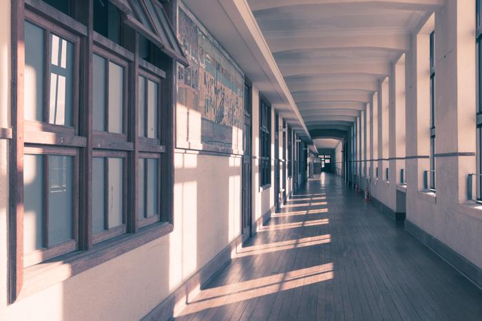 誰もが懐かしさを感じる校舎内の風景。何処かから生徒たちの声が聞こえてきそうです。この景色に身を置くと、まるでタイムスリップしたかのような感覚を味わえます。