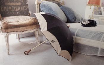 パリの女の子の部屋をイメージしたという、シックで落ち着いたデザインの折り畳み傘。手で彫ったような表情のある持ち手は特別感いっぱい。バッグ型のケース付なので、持ち歩きしやすい◎