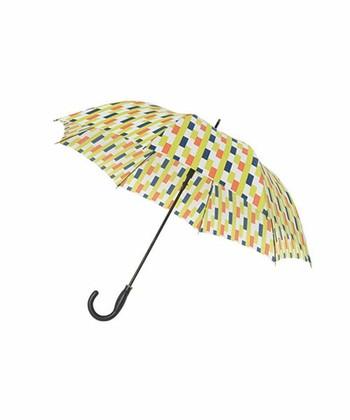 「雨の色に負けない色」をテーマに作られた、大胆なプリント傘。欧州の国名が作られたデザインは、本当に遠い国を訪れたかのようなワクワクした気分にさせてくれます。ハンドルと一体になったワンタッチの開閉ボタンが、とても便利です。