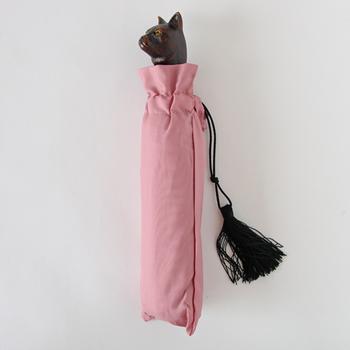 持ち手がキャラクターの傘は数ありますが、こんなにクラシカルな猫のハンドルは、とってもレア!フランスの老舗ブランドらしいシックなデザインだけど、その存在感はバツグンです。一緒にお出かけ♪そんな愛着の沸いてくる傘です。