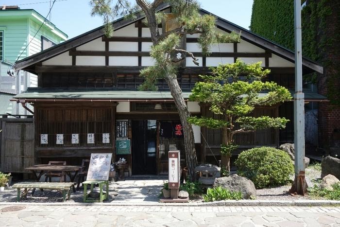 こちらも元町エリアにある人気店、茶房菊泉です。大正建築の古民家を改築しており、囲炉裏のあるお座敷でくつろぐことができます。