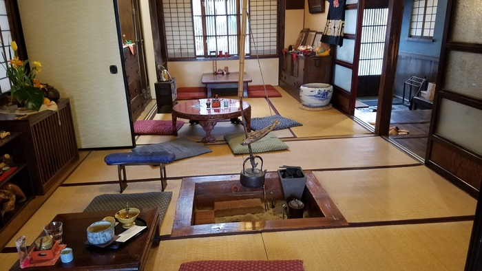 店内はなんだか懐かしい雰囲気が漂っていますね!囲炉裏がいい味を出しています。ずっと大切にしたい日本ならではの雰囲気が感じられます。