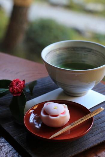 縁側席で頂く「季節の和菓子とお抹茶」が優雅なひと時を約束してくれます。ポットで提供してくれるほうじ茶も美味しく、ついつい長いしてしまいます。