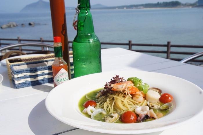 新鮮な魚介類を使ったパスタは人気のメニュー。海を眺めながら食べるとシーフードはより一層美味しく感じられそう。
