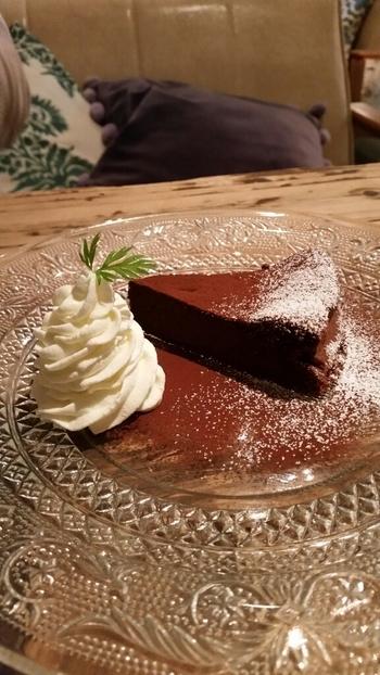 しっとりとしたチョコレートケーキや、人気のパンケーキもスイーツ好きには見逃せないメニュー。食事でも喫茶でも充実したメニューです。