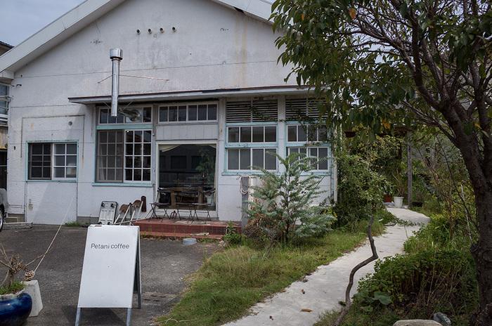 工場のような無機質な外観がオシャレなコーヒーショップ。厳選した豆と焙煎にこだわったお店です。