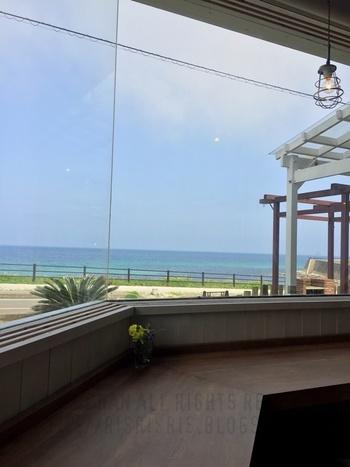 海辺に佇む「リノカフェ」は大きな窓が特徴の喫茶店。店内からは真っ直ぐに広がる水平線を独り占めできます。明るく開放的な店内は、まるで海辺に居る気分にさせてくれますね。