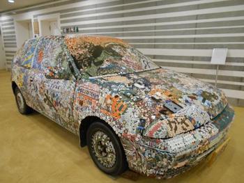 博物館ならではのタイルを使ったアート作品です。車体全面に貼られたタイルが迫力満点ですね。