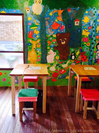 ちなみに店内のイラストは、アーティストmarini*monteanyさんが描かれています。動物や子どもを中心に描かれており、外国のような世界観に色使いもカラフルで個性的。雑貨や絵本など多岐にわたりご活躍されています。