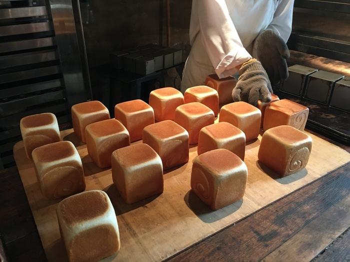 店内には美味しそうな焼きたてパンがセンス良く並べられており、テイクアウトのみの利用も可能です。お散歩の途中などに、ふらりと立ち寄れる魅力的なお店です。