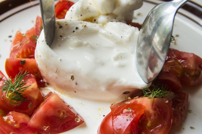 スプーンやナイフで中を開けると溢れ出るクリーム。たっぷりのトマトと一緒で、見た目も美しくテンションのあがる一品です。是非ご賞味あれ♪