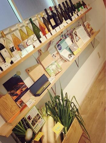 店内にはチーズだけでなくワインやフレッシュな北海道野菜なども売られています。新鮮なお野菜とチーズを、是非おうちでご堪能ください!